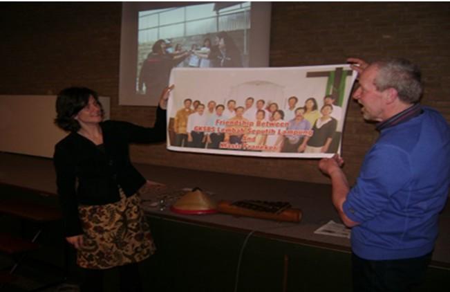 Jemaat klasis Franeker menerima kenang-kenangan dari GKSBS Lembah Seputih