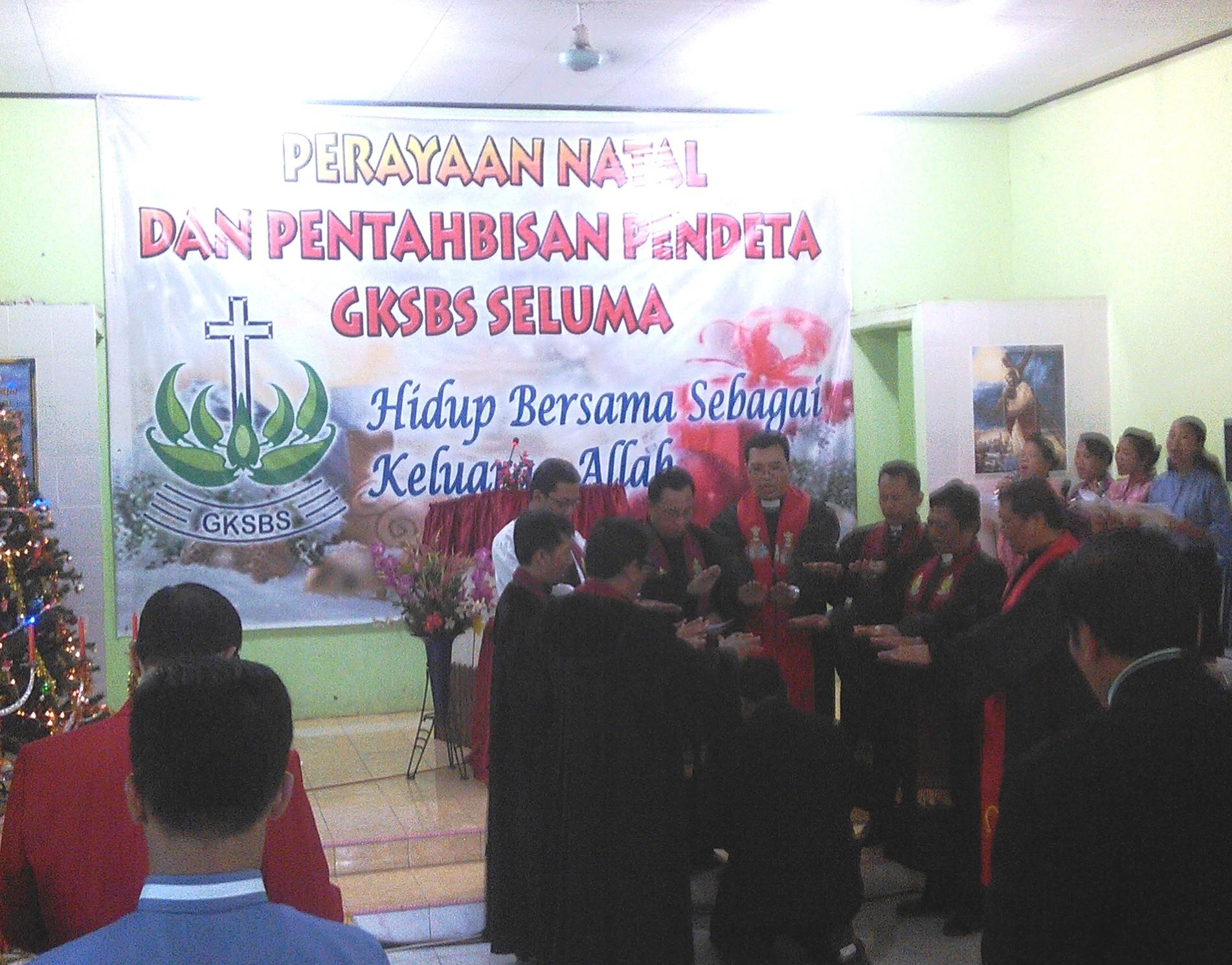 Pdt. Victor Ivan Christiantoni sedang menerima berkat dan pengutusan
